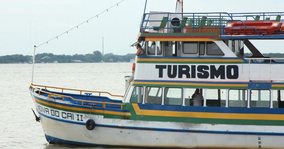 4.fev.2014 - Devido à greve dos rodoviários em Porto Alegre (RS), Barcos de turismo começaram a operar no transporte de passageiros para ilhas da cidade, nesta terça-feira (4)