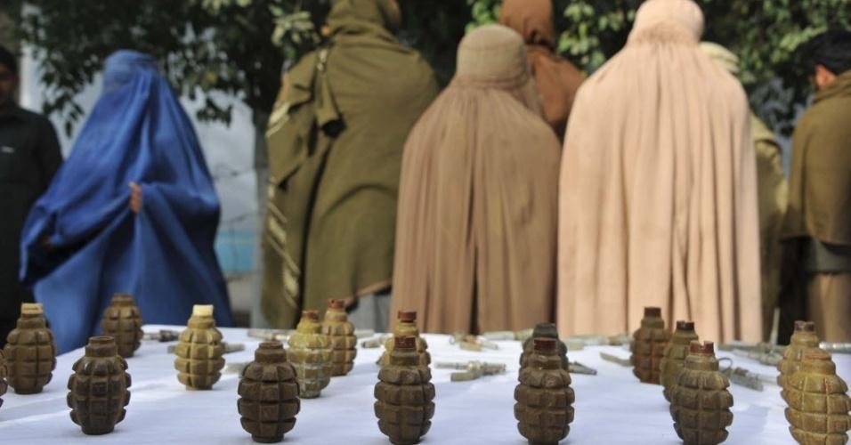4.fev.2014 - Ex-membros do talibã, incluindo duas mulheres, aguardam algemados enquanto são mostrados à imprensa em delegacia de polícia de Jalalabad, no Afeganistão. Autoridades afegãs prenderam seis militantes talibãs durante uma operação nesta terça-feira (4)