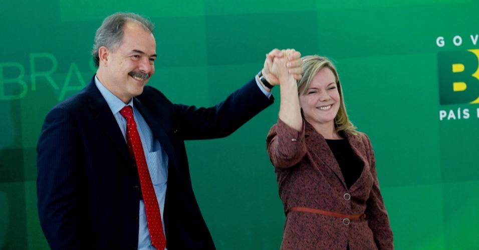 4.fev.2014 - Gleise Hoiffmann entrega ao ex-ministro da Educação, Aloizio Mercandate, a chefia da Casa Civil durante cerimônia nesta terça-feira (4), em Brasília