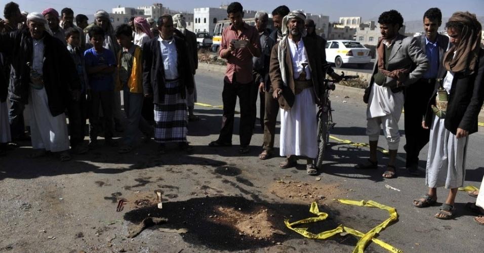 4.fev.2014 - Homens observam local de explosão em Sanaa. no Iêmen. Uma bomba atingiu um ônibus militar na capital do país nesta terça-feira (4), matando ao menos dois soldados