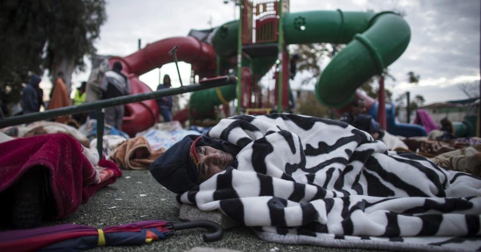 4.fev.2014 - Imigrantes africanos ilegais dormem no parque Levinski, em Tel Aviv, nesta terça-feira (4). Eles garantiram que não deixarão o local até que sejam reconhecidos oficialmente como refugiados e possam permanecer em Israel
