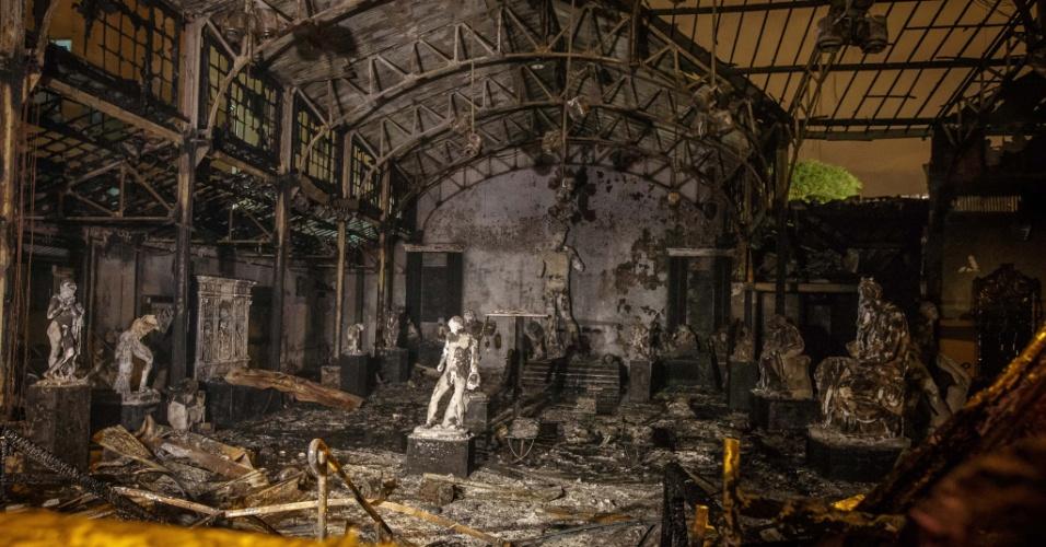 4.fev.2014 - Incêndio destruiu na madrugada desta terça-feira (4) o centro cultural do Liceu de Artes e Ofícios de São Paulo, anexo ao prédio da escola, no bairro da Luz, região central de São Paulo. Não houve feridos