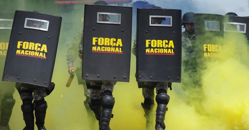 4.fev.2014 - Membros da Força Nacional de Segurança, composta por policiais e bombeiros, praticam controle de multidão durante treinamento das tropas que farão a segurança na Copa do Mundo de 2014, em Brasília, nesta terça-feira (4)