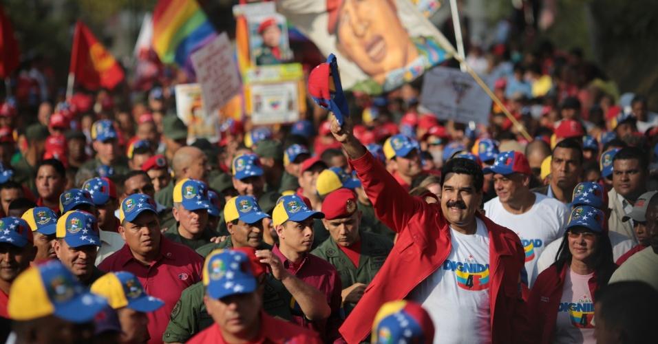 4.fev.2014 - O presidente venezuelano, Nicolás Maduro, acena durante sua chegada à cerimônia de celebração dos 22 anos da primeira tentativa de golpe de Estado na Venezuela, em Cuartel de la Montaña, Caracas, nesta terça-feira (4)