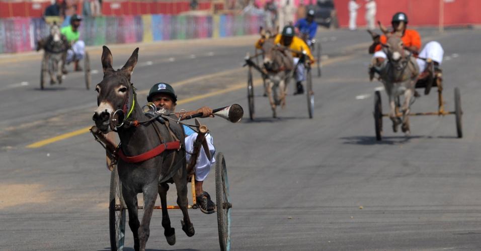 4.fev.2014 - Paquistaneses participam de corrida de burros durante festival Sindh, em Karachi, nesta terça-feira (4). A corrida faz parte do evento cultural organizado pelo governo na província de Sindh