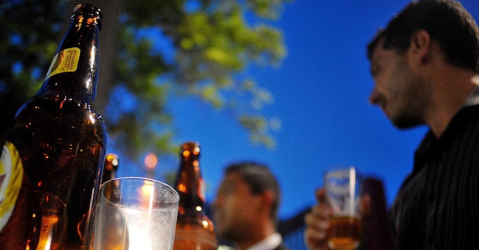 4.fev.2014 - Paulistanos bebem cerveja, na avenida Paulista, em São Paulo, nesta terça-feira (4), em noite de forte calor na capital paulista
