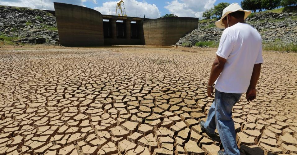4.fev.2014 - Reservatório do Sistema Cantareira da Sabesp, principal fornecedor de água para a cidade de São Paulo, que fica em Bragança Paulista, tem terra rachada e 22% da sua capacidade total. O nível de água é o mais crítico dos últimos 39 anos e é causado pela escassez de chuvas na região