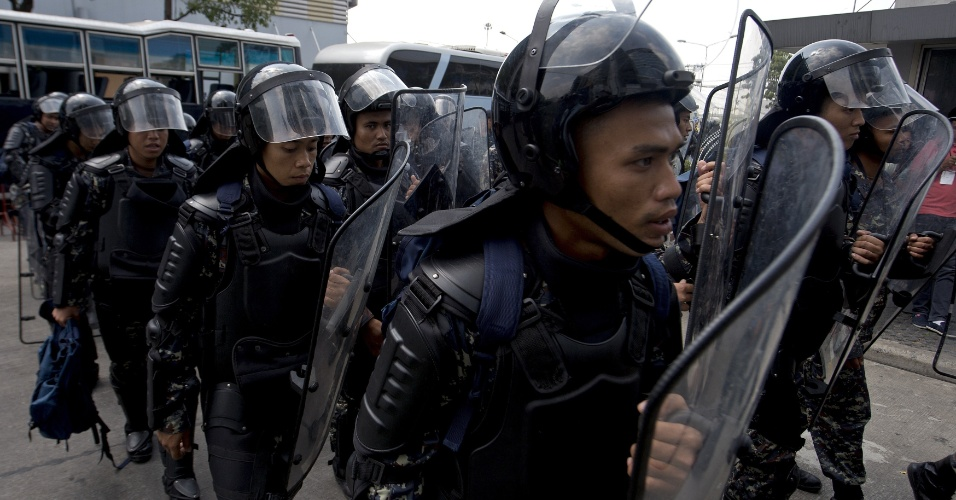 4.fev.2014 - Soldados tailandeses montam guarda no escritório temporário do governo no subúrbio de Bangcoc nesta terça-feira (4).