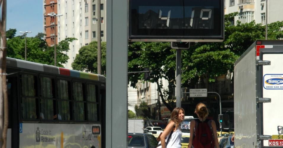 4.fev.2014 - Termômetro localizado próximo ao túnel Rebouças, no bairro de Humaitá, na zona sul do Rio de Janeiro, marca 41°C, em tarde de intenso calor nesta terça-feira (4)