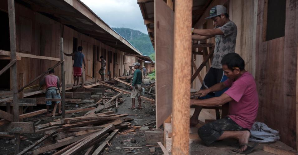 4.fev.2014 - Trabalhadores constroem abrigos temporários para os sobreviventes do tufão Haiyan em Tacloban, nas Filipinas