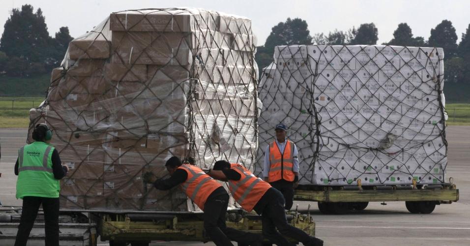 4.fev.2014 - Trabalhadores empurram carregamento de flores com destino aos Estados Unidos no aeroporto Eldorado, em Bogotá, na Colômbia, durante preparativos para o Valentine?s Day (o Dia dos Namorados norte-americano)
