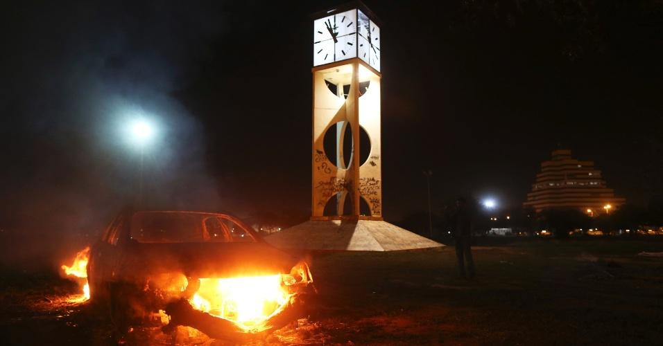 4.fev.2014 - Um veículo que pertence às forças especiais do Exército líbio queima após manifestantes colocarem fogo nele, em um ponto de inspeção no centro da cidade de Benghazi. Não há informações sobre feridos