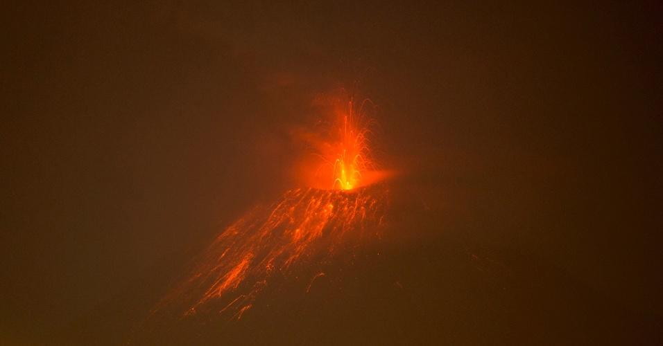 4.fev.2014 - Vulcão Tungurahua expele lava na cidade de Huambalo, Equador, na segunda-feira (3). Um alerta foi emitido no país em resposta à atividade vulcânica
