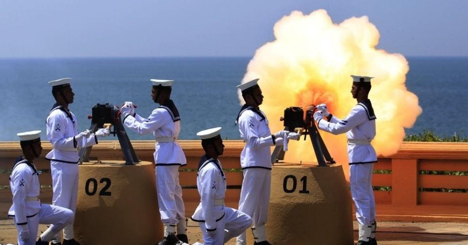 4.jan.2014 - Marinheiros disparam uma salva de tiros para celebrar o 66º aniversário da independência do Sri Lanka, em Colombo, nesta terça-feira (4). O país se tornou independente da Grã-Bretanha em 1948