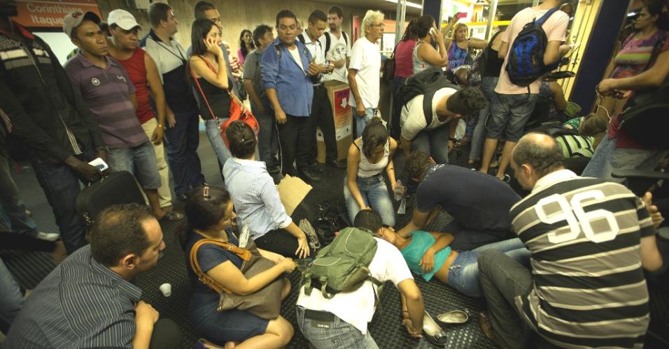 4.fev.2014 - Mulher passa mal na estação Santa Cecília durante tumulto provocado por falha na linha vermelha do Metrô São Paulo, na noite nesta terça-feira (4). Usuários tiveram que descer do veículo e andar nos túneis até a plataforma. Por volta das 20h30, a operação no sentido Itaquera estava suspensa