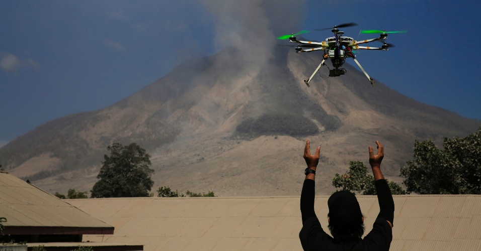 Um centro de pesquisa de vulcões na Indonésia criou um drone para monitorar o vulcão Sinabung, na Indonésia. Ele ficou adormecido por 400 anos e despertou em setembro de 2013. Cerca de 30.000 pessoas já foram retiradas da região. A Indonésia fica a região que é conhecida como 'Círculo de Fogo do Pacífico', uma área de intensa atividade sísmica e vulcânica, e é o país do mundo com o maior número de vulcões ativos (129)