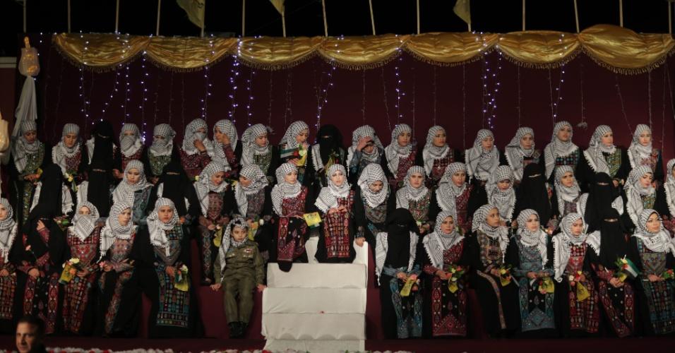 5.fev.2014 - Noivas palestinas sentam em um palco durante cerimônia de casamento coletivo na cidade de Gaza na terça-feira (4). Quarenta casais e seus familiares participaram do evento organizado pelo presidente Mahmoud Abbas