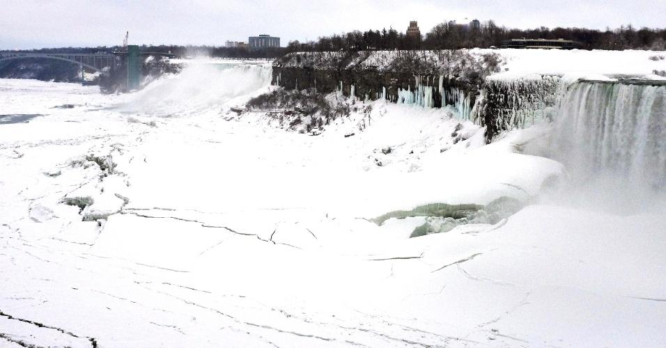 5.fev.2014 - As águas do rio Niágara aparecem congeladas na parte americana das Cataratas, nesta quarta-feira (5)