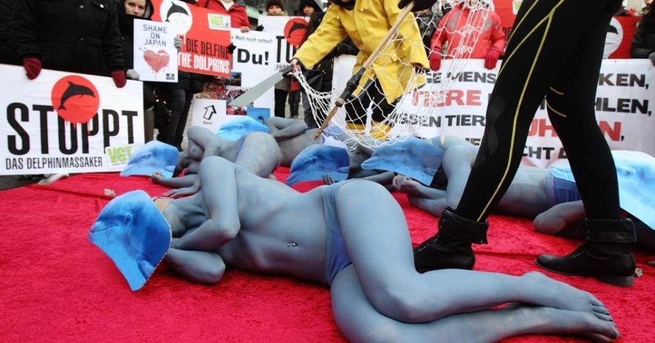 5.fev.2014 - Ativistas pelos direitos dos animais protestam contra a matança de golfinhos pelos pescadores japoneses, na praça de Santo Estêvão, em Viena, Áustria