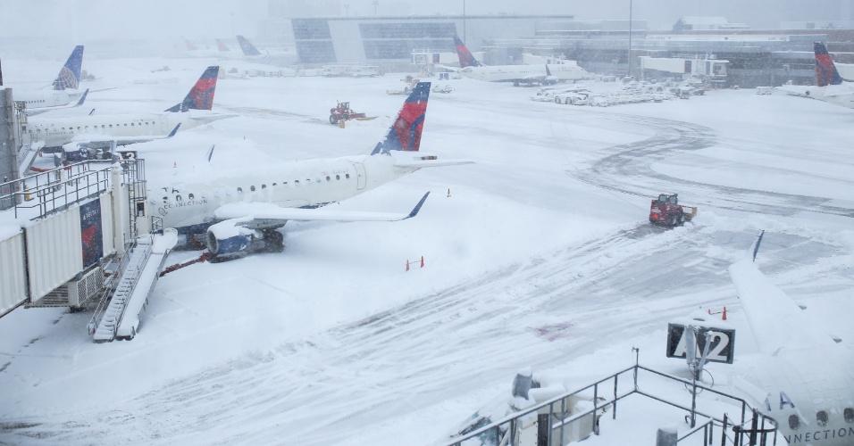 5.fev.2014 - Aviões ficam cobertos de neve e impedidos de decolar no aeroporto internacional de Boston, em Massachusetts (EUA), durante forte nevasca no país