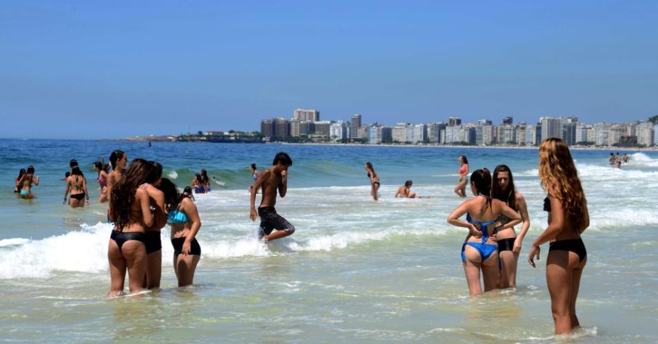 5.fev.2014 - Banhistas aproveitam manhã de calor na praia do Leme, zona sul do Rio de Janeiro, nesta quarta-feira (5). A temperatura pode chegar aos 40ºC até o final da tarde