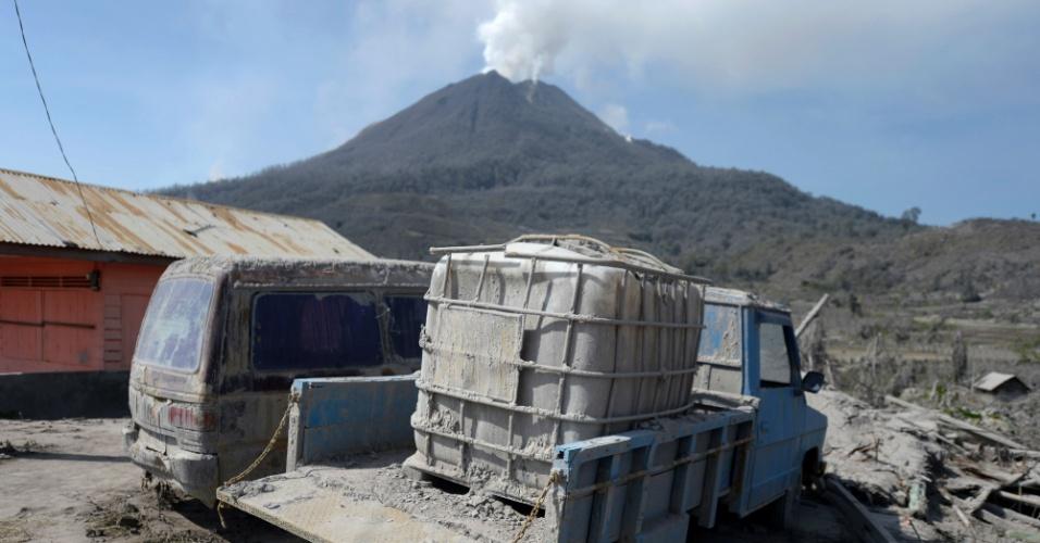 5.fev.2014 - Carros ficam cobertos de cinzas do vulcão Sinabung perto da vila abandonada de Sigarang-garang, na Indonésia, nesta quarta-feira (5)