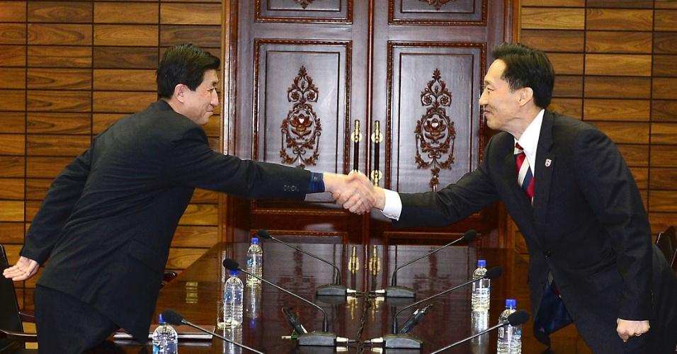 5.fev.2014 - Chefe da delegação norte-coreana Park Yong-il (esquerda) aperta a mão de seu colega sul-coreano, Lee Duk-haeng, durante reuniões na aldeia neutra de Panmunjom, na zona desmilitarizada que separa os dois países, nesta quarta-feira (5). As duas Coreias discutiram manter reuniões entre famílias separadas pela guerra