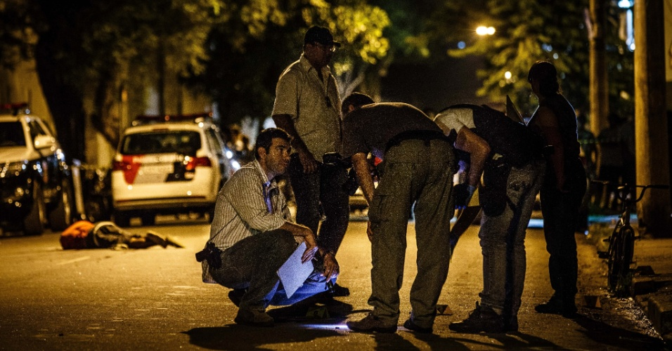 5.fev.2014 - Dois homens e um adolescente de 17 anos foram mortos na terça-feira (4) na rua Diamante Preto, Chácara Califórnia, na zona leste de São Paulo. Outras duas pessoas conseguiram fugir do ataque