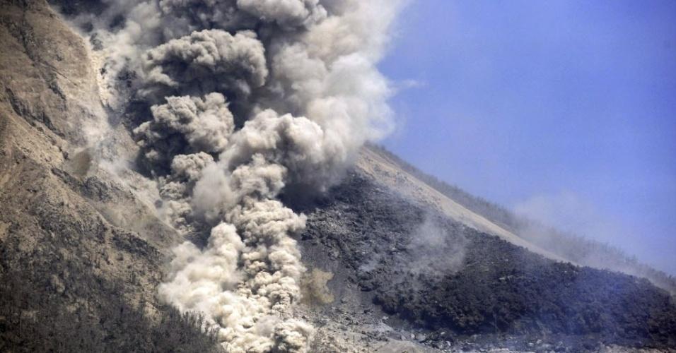 5.fev.2014 - Fumaça e cinzas emanam do vulcão Sinabung, em Sumatra, na Indonésia, nesta quarta-feira (5). A erupção acontece desde setembro do ano passado