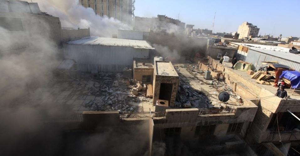 5.fev.2014 - Fumaça é vista no local de um ataque à bomba perto de Khullani Square, em Bagdá, Iraque. Quatro bombas atingiram a zona Verde, área que foi utilizada pelos  EUA logo após invadirem o Iraque em 2003 e foi separada do resto de Bagdá por um muro de 4 m de altura com arame farpado, e uma praça movimentada no centro da capital, matando pelo menos 13 pessoas, segundo autoridades locais