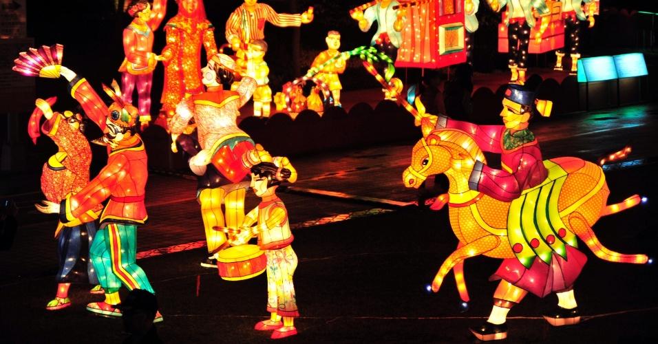 """5.fev.2014 - Lanternas decoradas em formatos variados são expostas na """"Feira das Lanternas"""", em Taipei, Taiwan"""