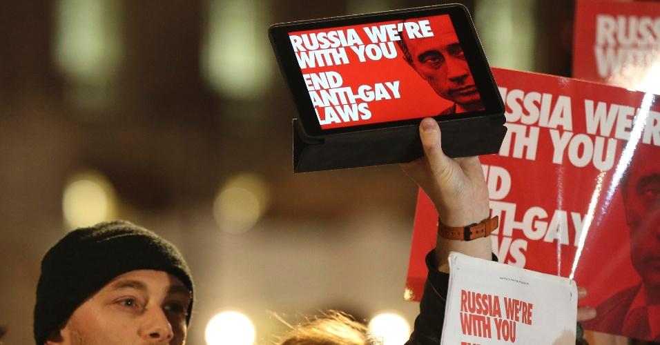 5.fev.2014 - Manifestantes protestam contra a postura anti-gay do governo russo, na Downing Street, no centro de Londres, nesta quarta-feira (5). O protesto faz parte da Global Speakout for Russia, que ocorre em mais de 30 cidades em todo o mundo. O presidente russo Vladimir Putin tem enfrentado ameaças de boicotes a abertura das Olimpíadas, que ocorrerá nesta sexta-feira, por causa de lei que proíbe a difusão de ?propaganda gay? para menores de idade