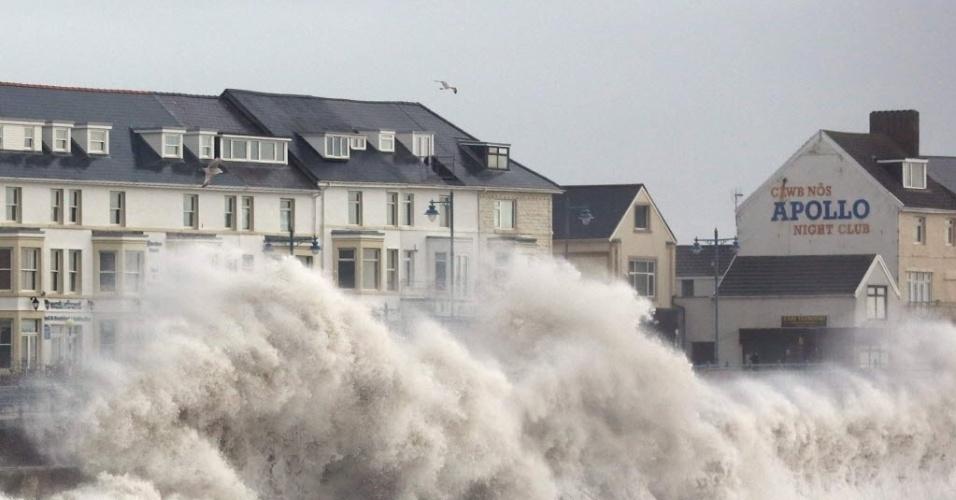 5.fev.2014 - Ondas enormes atingem a costa de Porthcawl, no Reino Unido. Milhares de famílias no sudoeste da Inglaterra e País de Gales estão sem eletricidade devido às fortes chuvas que afetam essas