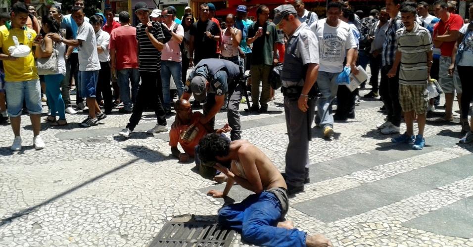 5.fev.2014 - Policiais usam gás de pimenta para apartar briga entre moradores de rua na calçada da Barão de Itapetininga, centro de São Paulo