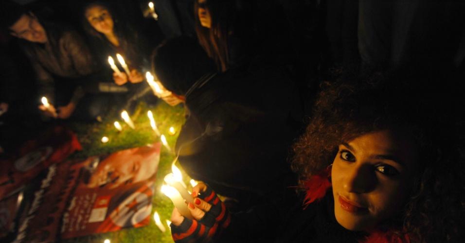 5.fev.2014 - Tunisianos fazem vigília em homenagem ao líder de oposição Chokri Belaid, assassinado há um ano durante protesto em Tunis, em frente à casa de Belaid