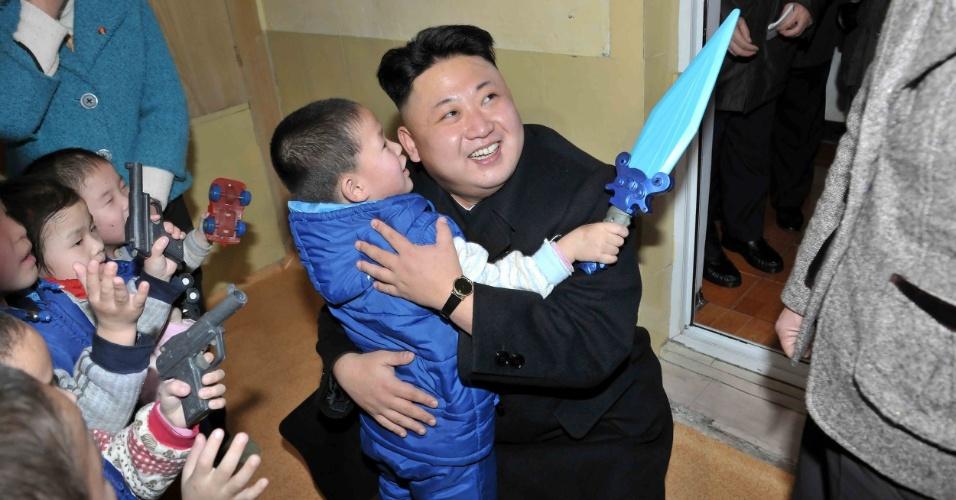 5.fev.2014 - Um dia após ser nomeado candidato a uma cadeira na Assembleia Popular Suprema da Coreia do Norte nas eleições de março, o líder Kim Jong-un aparece visitando um orfanato em Pyongyang. A foto foi divulgada pela agência oficial de notícias do país nesta quarta-feira (5)
