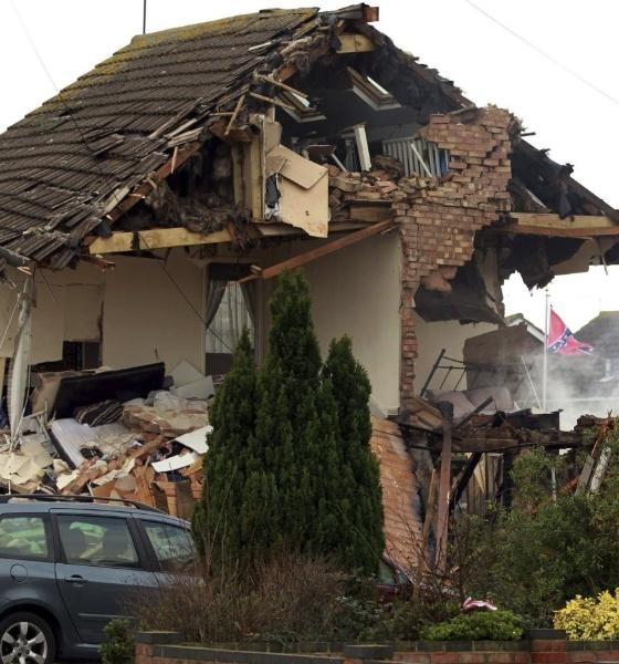 5.fev.2014 - Uma explosão de gás destruiu duas casas em Clacton, Reino Unido. Dez pessoas ficaram feridas