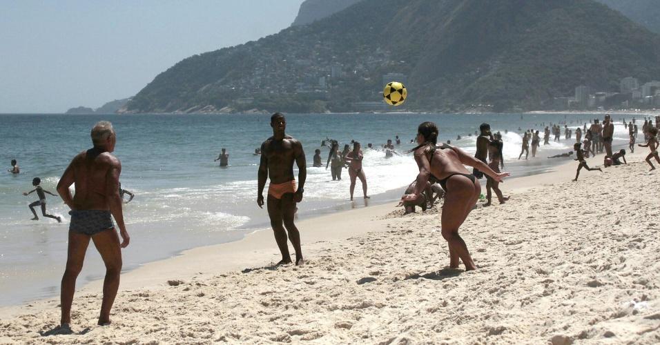 6.fev.2014 - Banhistas jogam bola na praia de Ipanema, no Rio de Janeiro dia de forte calor na cidade, com termômetros marcando 36ºC