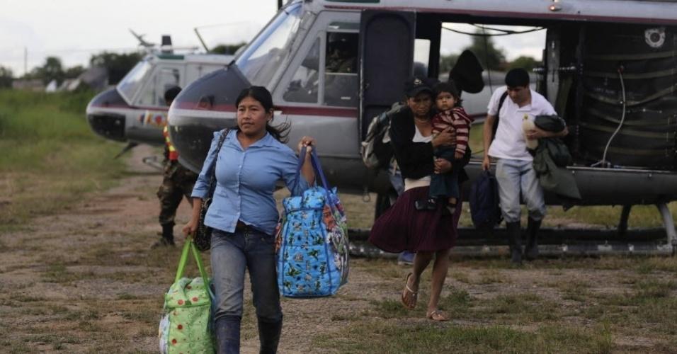 6.fev.2014 - Em foto divulgada nesta quinta-feira (6), mulheres desembarcam de um helicóptero após serem resgatadas de suas casas inundadas, em Trinidad, cerca de 400 quilômetros (249 milhas) a nordeste de La Paz, na Bolívia, na quarta-feira (5). O governo declarou estado de emergência nacional, pois as inundações causadas por chuvas torrenciais já custaram dezenas de vidas e forçaram milhares de pessoas a deixar suas casas, informou a mídia local