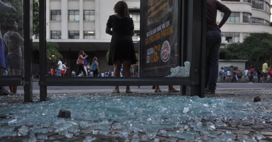 6.fev.2014 - Estrutura de ponto de ônibus foi depredada durante protesto contra o aumento da tarifa de ônibus, no centro do Rio de Janeiro, nesta quinta-feira (6). O reajuste, de R$ 2,75 para R$ 3, foi autorizado pelo prefeito Eduardo Paes (PMDB) e começará a vigorar no sábado (8)