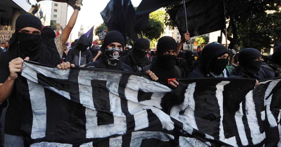 6.fev.2014 - Manifestantes black blocs acompanham protesto contra aumento da tarifa de ônibus no centro do Rio de Janeiro