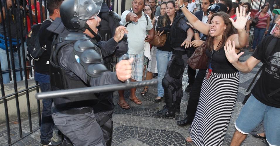 6.fev.2014 - Manifestantes enfrentam policiais durante protesto contra aumento da tarifa de ônibus no centro do Rio de Janeiro