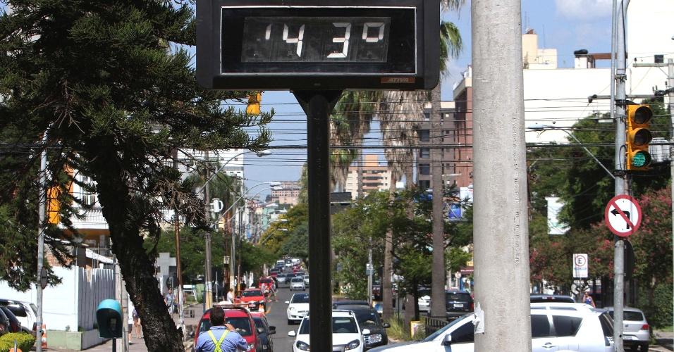 6.fev.2014 - Um termômetro de rua registra 43°C na região central de Porto Alegre, no Rio Grande do Sul, no início da tarde desta quinta-feira (6). Na madrugada desta quinta, os termômetros de rua da capital chegaram a marcar 30ºC. O calor que assola o Rio Grande do Sul desde o fim de 2013 é um dos mais severos já registrados