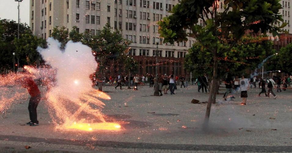 6.fev.2014 - Cinegrafista da Band é ferido por explosivo na cabeça, durante ato na Central do Brasil, no centro do Rio de Janeiro. O objeto explodiu muito perto da cabeça do repórter cinematográfico, que sofreu um afundamento do crânio
