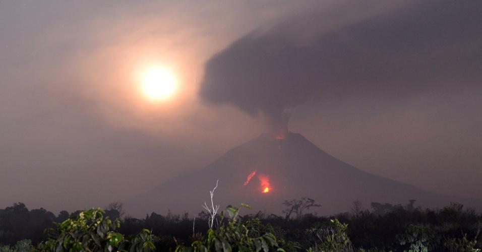 7.fev.2014 - Vulcão Sinabung expele lava perto de Karo, na Indonésia, na quinta-feira (6)
