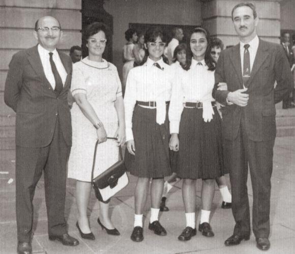 A atriz Marieta Severo, de óculos, com uma colega e os pais. Ela foi normalista, nos anos de 1960, no Instituto de Educação. Para as comemorações, o uniforme exigia luva branca, que devia ficar presa no cós da saia