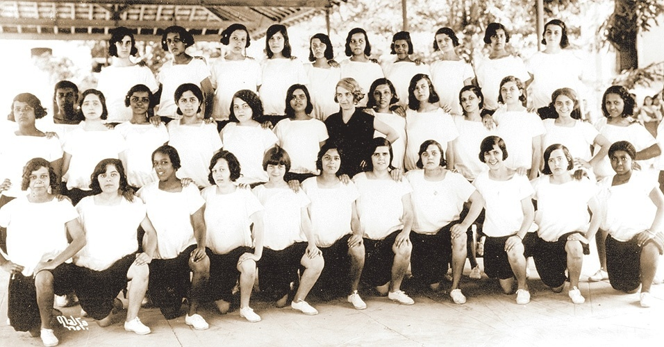 Alunas da Escola Orsina da Fonseca em seu uniforme de educação física de 1929. A pose de time era bem mais certinha