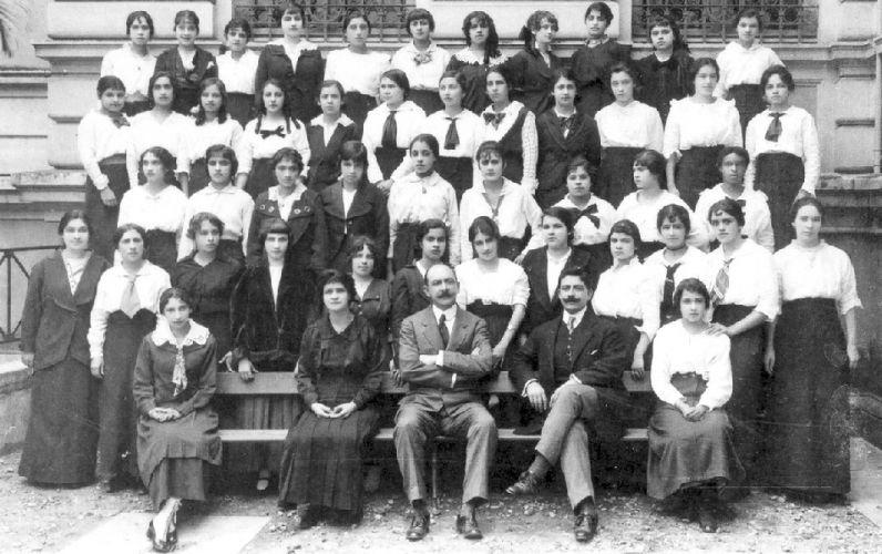 As normalistas do colégio Caetano de Campos, em 1915, posam junto com seus professores. Detalhe para as gravatas em moda na época