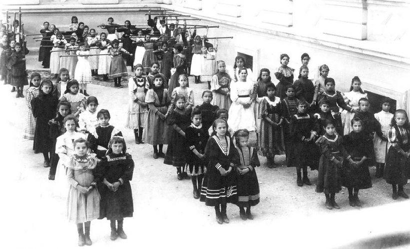 """Até 1910, mais ou menos, não havia uniforme nem para a educação física das meninas. As roupas para os esportes eram as mesmas usadas em outras aulas - todas no mesmo estilão: vestidos com saia rodada e gola grande, boa parte na linha """"marinheiro"""". A maioria preferia cores escuras, talvez, para não sujar"""