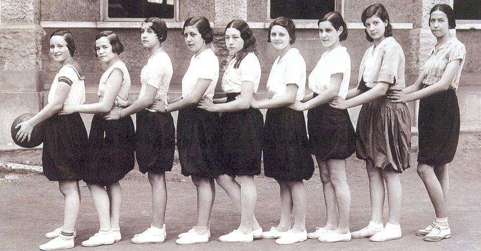 Equipe feminina de basquete da Escola Americana em 1933. Você acha que era fácil fazer uma bandeja com essa roupa?